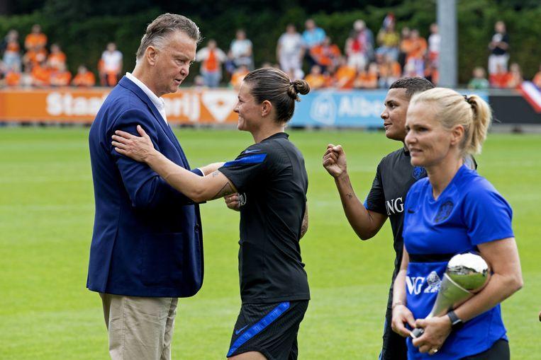 Louis van Gaal bezocht zaterdag de 'uitzwaaitraining' van de Oranjevoetbalsters en reikte daar de 'Best FIFA Women's Coach 2020' uit aan Sarina Wiegman. Op de foto praat hij met Sherida Spitse.  Beeld ANP
