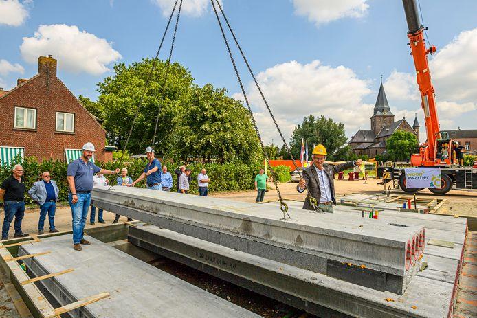 Rebus is het eerste woningbouwproject in Stampersgat in veertien jaar tijd. William Vermunt (l) en wethouder Hans Wierikx (r) sturen beleidsmedewerker Mariska Vereecken die de kraan bedient.
