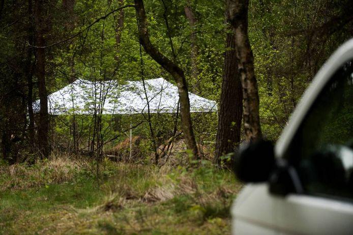 Archieffoto: Het bedekte lichaam van Ger Duijf, gevonden op 14 mei in de bossen bij Goirle.