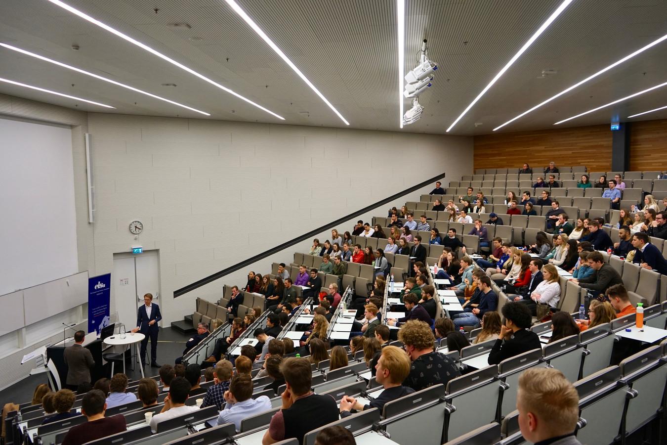 Minister Sander Dekker van rechtsbescherming tijdens zijn lezing op de Radboud Universiteit in Nijmegen.