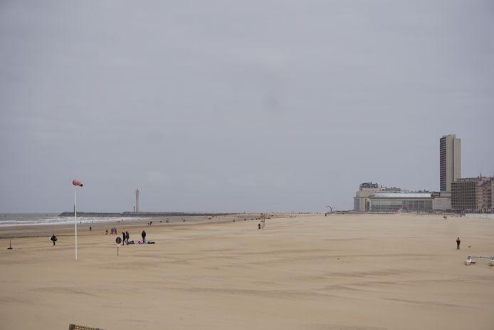 Een beeld van afgelopen zaterdag dat zowat alles samenvat: grijs en winderig weer verstoren de start van de vakantie, naast corona uiteraard.
