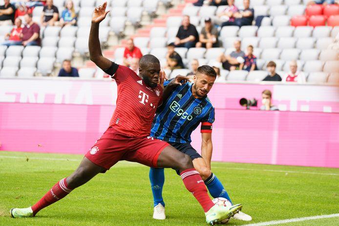 Dusan Tadic in duel met Dayot Upamecano van Bayern München.