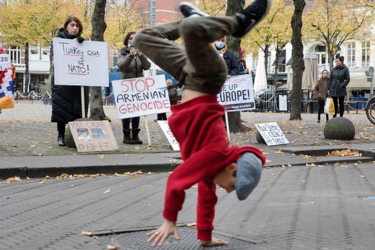 David Kitoyan vraagt aandacht voor de oorlog tussen Armenië en Azerbeidzjan door middel van breakdansen op Armeense muziek voor het Torentje van premier  Rutte en op het Plein, waar gedemonstreerd wordt tegen de 'Armeense genocide'.  Beeld Inge van Mill