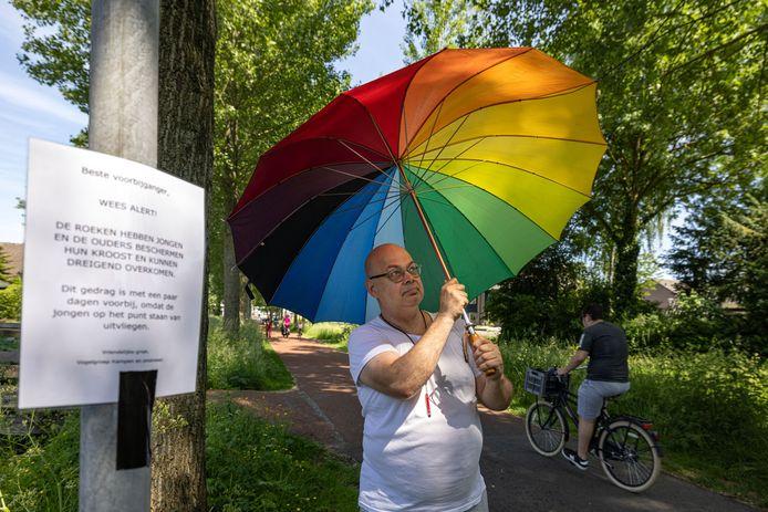 Roeken vallen Hans Hameeteman aan de Buitenbroeksweg in Kampen lastig, maar die weert zich kranig met een paraplu.
