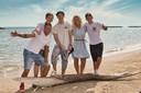 De familie op het strand. Van links naar rechts: Vader Alwin, Jim (17), Robbie (19), moeder Bionda en Mike (20).