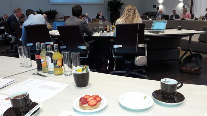 GB-fractievoorzitter Ad van Laarhoven trakteerde  de Loonse raad weer op aardbeien.