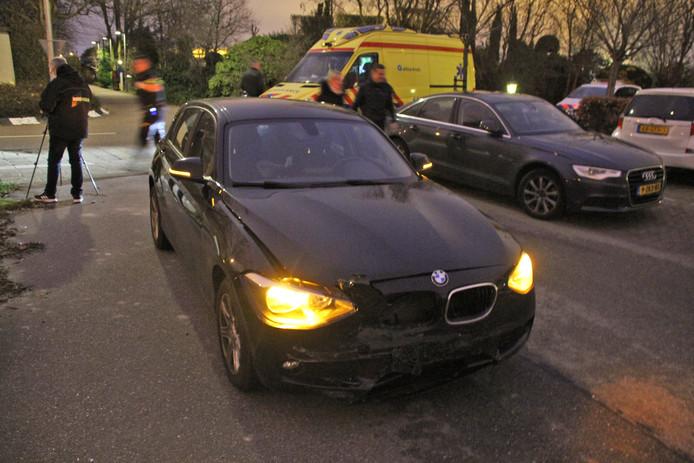 Bij een botsing tussen twee auto's op de kruising van de Hoge Geest en de Grote Achterweg in Naaldwijk is gisteravond een inzittende gewond geraakt.