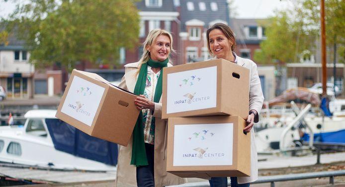 Jeanne van Boekel (links) en Lucré Cappetti regelen woningen voor (inter)nationale werknemers van Veghelse bedrijven via het Inpat Center. Op de foto bij het Heilighartplein in Veghel.