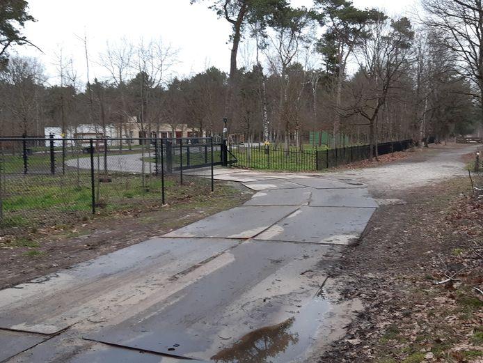 Eind 2019 liet de gemeente stalen rijplaten neerleggen op de toegangsweg naar de woning van Jan de Rooy in het Natura 2000-gebied de Landschotse Heide. De platen worden gehuurd, de kosten zijn voor de gemeente, zo blijkt bij navraag.