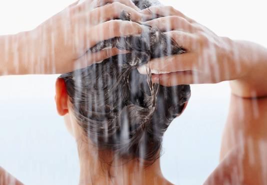 Het mag weer, met shampoo het chloor uit je haar wassen. Tot voor kort gold er een shampooverbod in de Rotterdamse zwembaden.