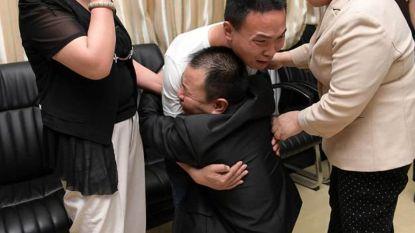 Eindelijk weer samen: 24 jaar nadat ouders zoontje kwijtspelen in stad volgt emotionele reünie