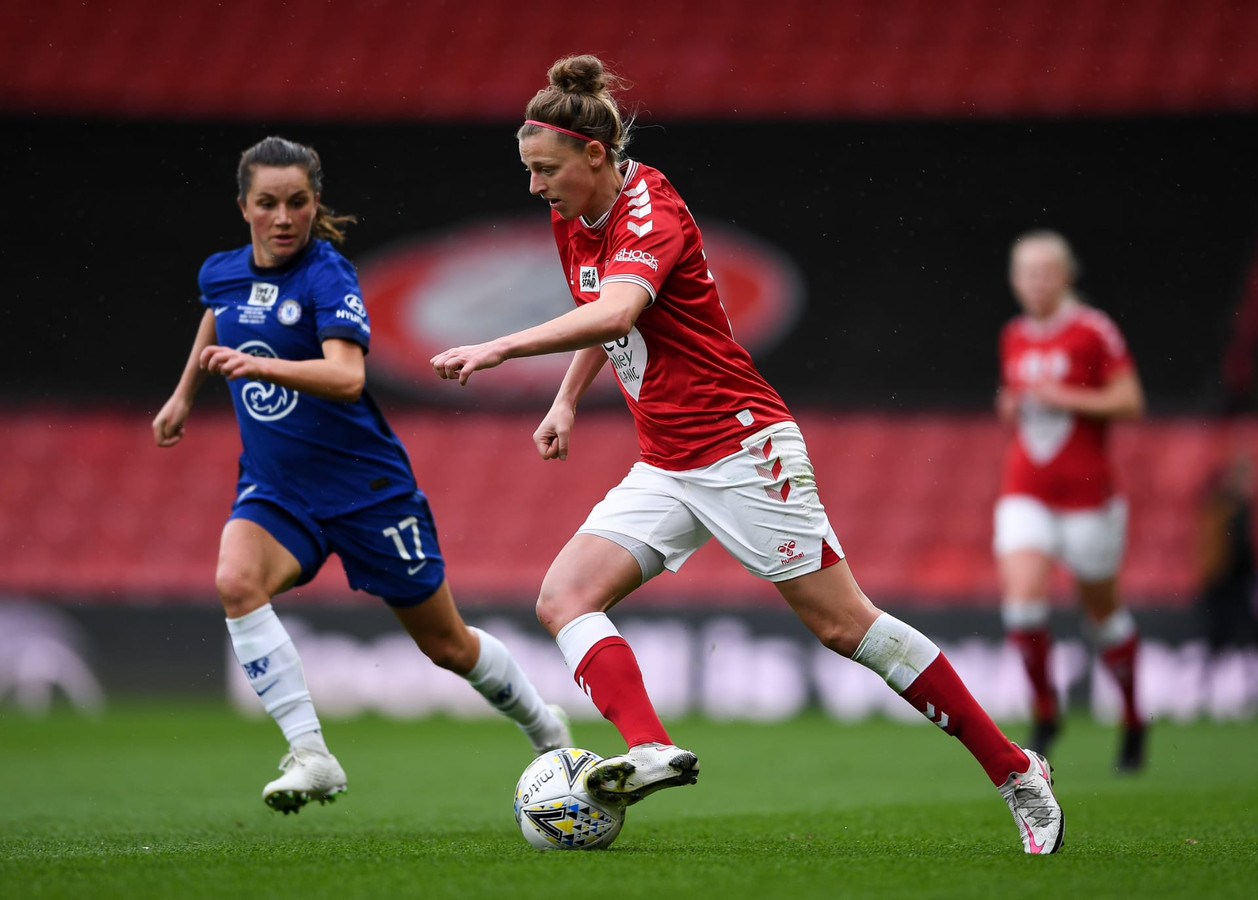 Yana Daniëls (r.) aan het werk met Bristol City tegen Chelsea, dat zich uiteindelijk tot kampioen kroonde.