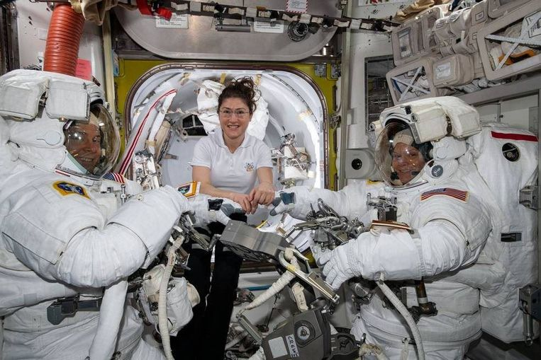 NASA-astronaute Christina Koch (centraal) maakt zich op voor haar ruimtewandeling. Beeld Photo News
