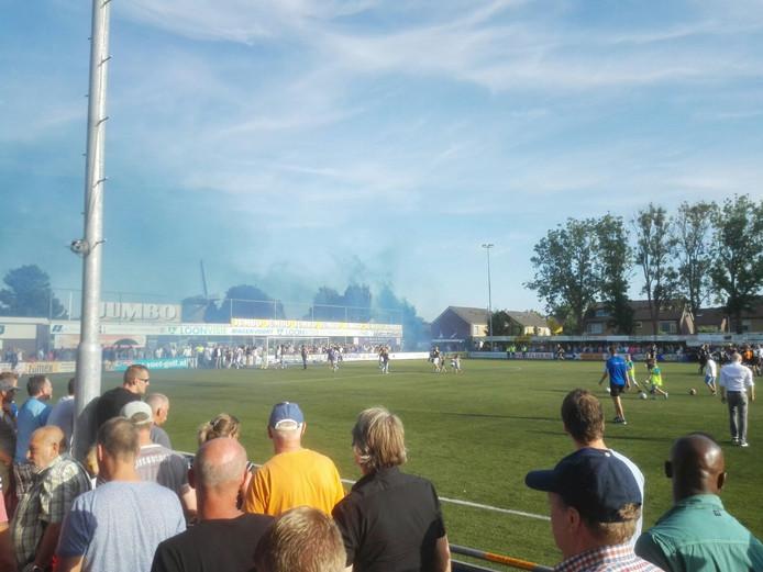 Het blauw van GVVV viert feest. De Veenendalers winnen met 1-2 bij FC Lienden. Foto: Robert Westerink