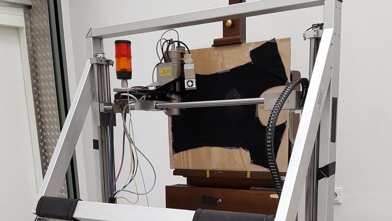 De XRF-scanner van het Rijksmuseum, waar het NFI een t-shirt op heeft gespannen voor onderzoek. Beeld