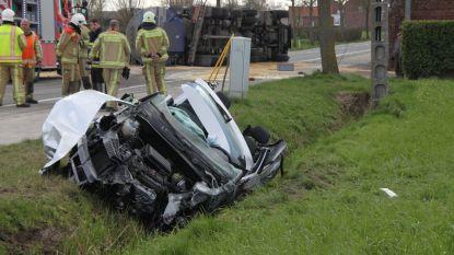 Vrachtwagen kantelt na uitwijkmanoeuvre en botsing met auto tachtiger