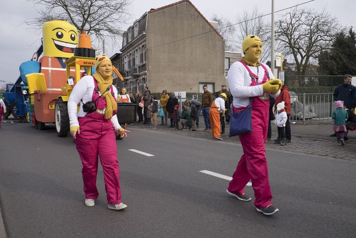 Een carnavalsgroep verkleed als Lego-mannetjes.