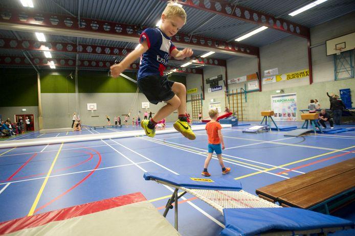 Sporthal De Haverkamp in Markelo toen er nog gesport werd, waar vrijdagavond en zaterdag de huisartsen hun doelgroepen gaan vaccineren.