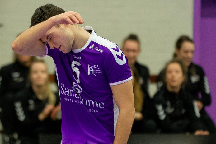 Vocasa-speler Imre Harnischmacher baalt eerder dit seizoen. De volleyballer had tegen Talentteam Papendal opnieuw reden tot treuren.  Vocasa verloor met 1-3.