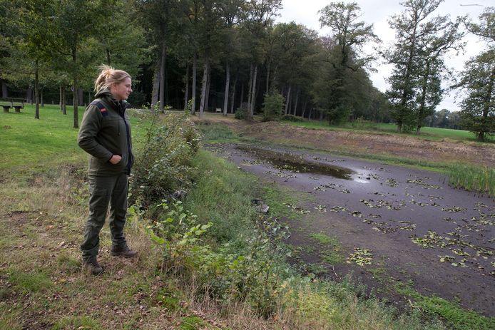 Doreen Rugers bij een drooggevallen vijver.