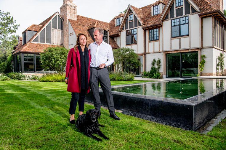 Patricia en Stefaan Geerebaert leiden ons rond in een villa die te koop is via Immo Brown: villa in Sparrendreef, €8,5 miljoen Beeld Florian Van Eenoo Photo News