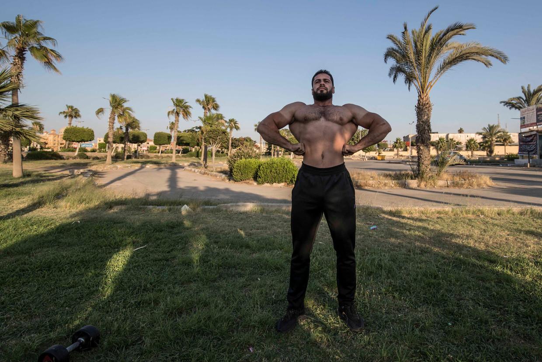 Een kleerkast showt de vruchten van zijn training in Caïro. Sport en Instagram zijn hier goede vrienden. Beeld AFP