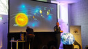 André Kuipers geeft uitleg over de ruimte.