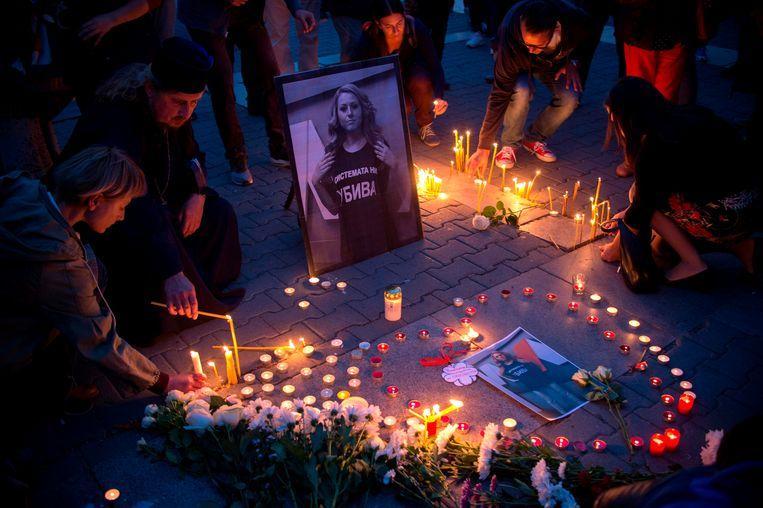 Mensen steken kaarsjes aan ter nagedachtenis van de Bulgaarse journaliste Viktoria Marinova. Beeld AFP