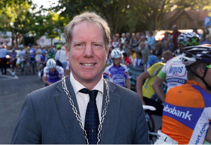 Burgemeester Peter de Jong van Westvoorne roept de inwoners op lokaal te kopen en elkaar te steunen.