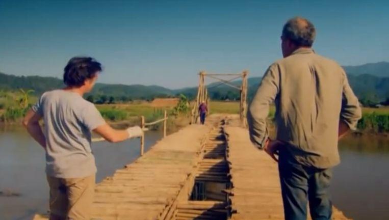 Jeremy Clarkson (rechts) en copresentator Richard Hammond tijdens de Birma-uitzending. Beeld Screenshot YouTube