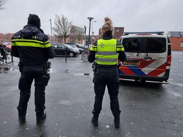 Politie ter plaatse bij het winkelcentrum in de wijk Hengelose Es. Een 16-jarige had opgeroepen om hier te gaan rellen.