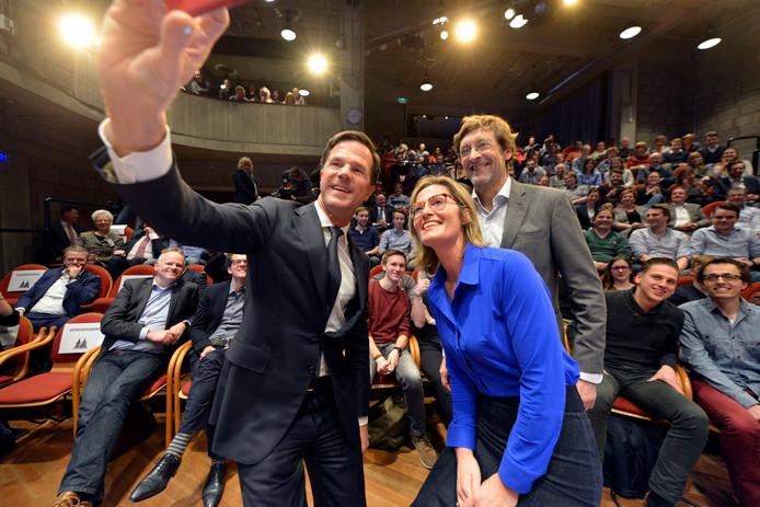 Premier Mark Rutte met hoofdredacteur Martha Riemsma van De Twentsche Courant Tubantia en Ferry Mingelen tijdens de debatreeks Van Torentje naar Torentje.