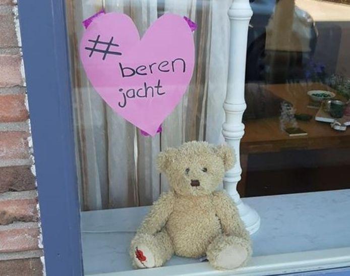 Een beer in een huiskamerraam in 't Harde.