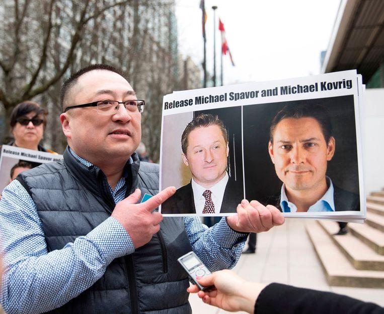 Een lid van de organisatie Vancouver Freedom and Democracy for China tijdens een actie in maart waarbij hij samen met andere betogers pleitte voor de vrijlating van Michael Spavor en Michael Kovrig.