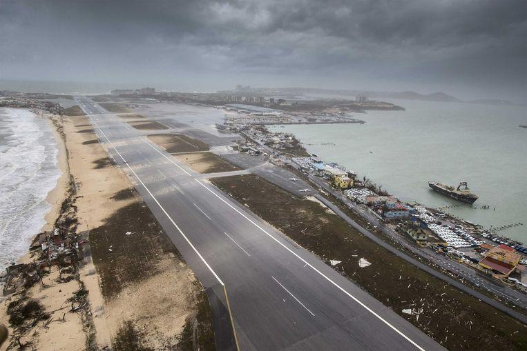 2017-09-06 22:09:32 SIMPSON BAY - Luchtfotografie van de schade aan het vliegveld op Sint-Maarten van orkaan Irma. De NH90 helikopter van Zr. Ms. Zeeland een eerste verkenningsvlucht gevlogen over de eilanden Saba, Sint Eustatius en Sint Maarten. ANP HANDOUTS MINISTERIE VAN DEFENSIE / GERBEN VAN ES **NO ARCHIVE, NO SALE, EDITORIAL USE ONLY** Beeld ANP Handouts