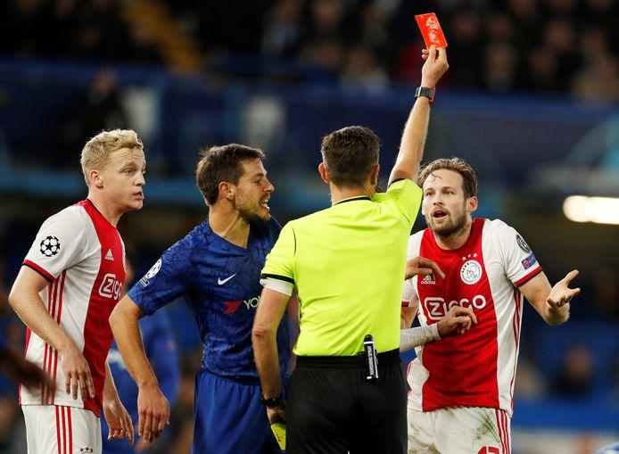 Daley Blind krijgt de rode kaart.