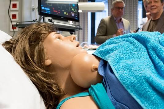 Eind goed, al goed. Emma-Charlotte rust uit bij haar mama. Op naar de volgende simulatie-bevalling.