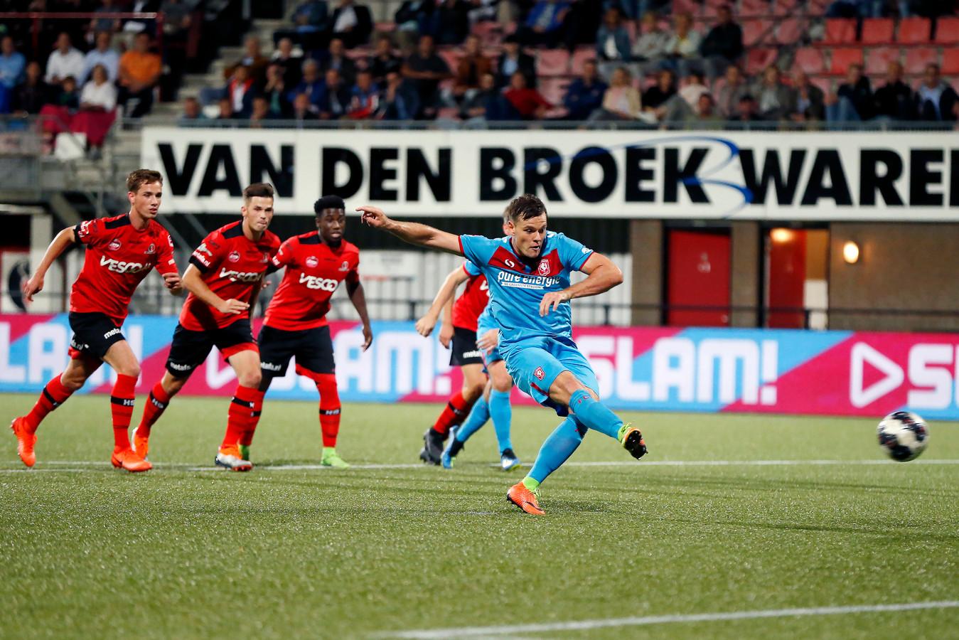 Twente speler Tom Boere scoort de penalty.
