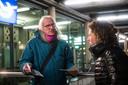 Dirk Bannink van LAKA aan het flyeren tijdens een protest tegen uraniumtransport op het Station NS in Enschede.