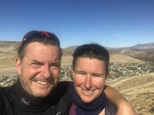 Selfie van Harry en Roelie Morskate met op de achtergrond het stadje Chos Malal in Argentinië, de plek waar ze hun wereldreis per fiets moesten afbreken vanwege het coronavirus.