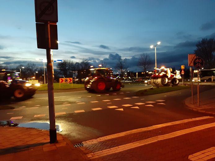 Vijf trekkers zijn onder politiebegeleiding met sirenes langs zorgcentrum Borrendamme in Zierikzee gereden op hun lichtjestour.