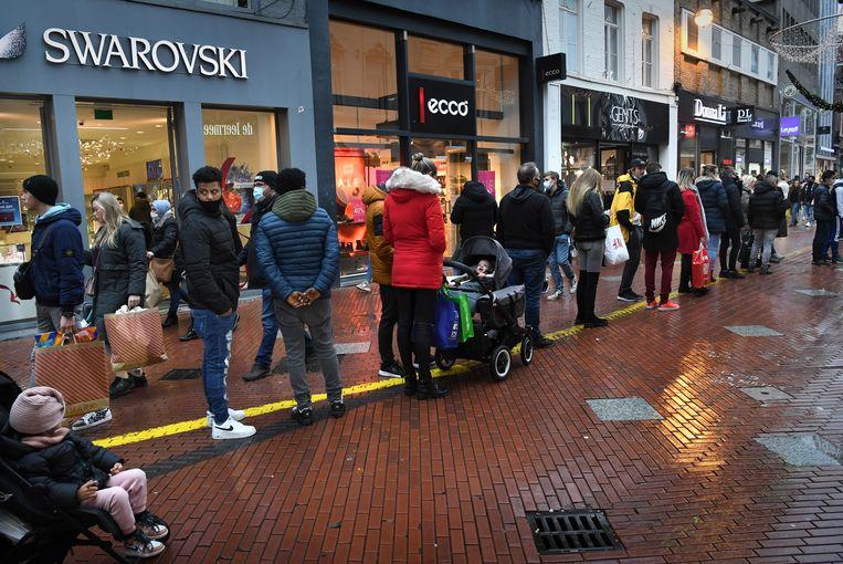 Een lange rij zaterdag in het centrum van Eindhoven. Beeld Marcel van den Bergh / Eindhoven