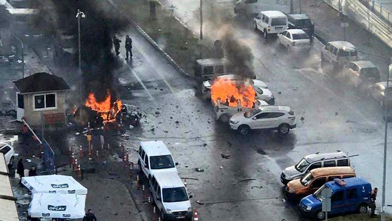 Brandende auto's na de explosie in Izmir. Beeld EPA