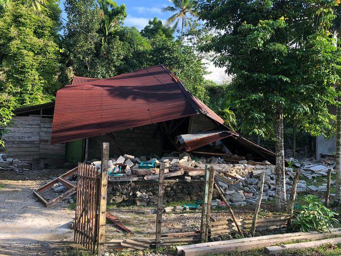 Foto van Victor Joseph op het eiland Ambon. Verwoeste gebouwen en huizen in dorp Liang en van vluchtelingen in de heuvels op Ambon.