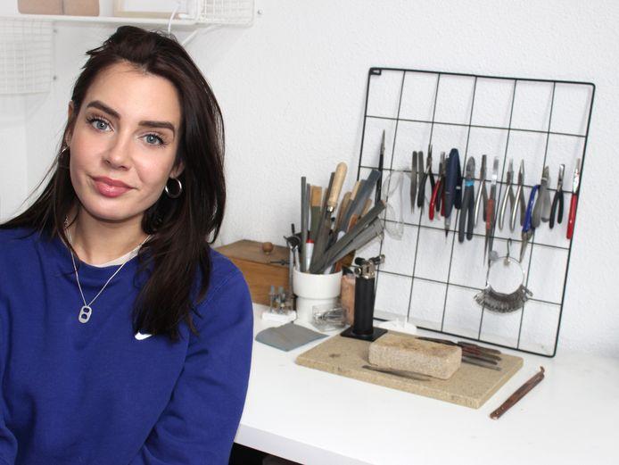 Na de kunstacademie werkte Romina Hermans (32) eerst bij twee sieradenbedrijven, nu heeft ze haar eigen lijn.