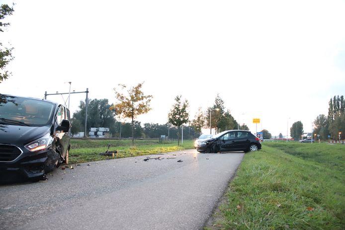 Bij een aanrijding in Geldermalsen tussen een personenauto en een bestelbusje brak het complete wiel af van het busje.