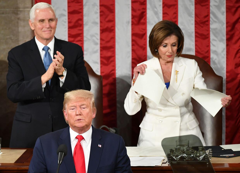 Tijdens Trumps State of the Union-speech begin februari verscheurde de Democratische voorzitter van het Huis van Afgevaardigden Nancy Pelosi zijn tekst.  Op het web circuleerde een filmpje dat zo gemonteerd dat het leek alsof ze de speech verscheurde op het moment dat Trump hulde bracht aan militairen. Trump deelde de misleidende video op zijn eigen Twitter-account.  Beeld AFP