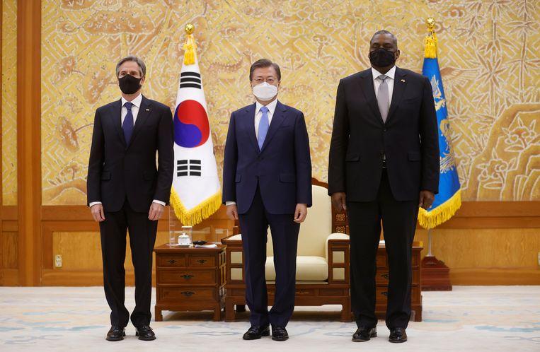De Amerikaanse minister van Buitenlandse Zaken Antony Blinken (L), de Zuid-Koreaanse president Moon Jae-in (C) en de Amerikaanse minister van Defensie Lloyd Austin (R) poseren voor een foto tijdens hun ontmoeting in het Presidential Blue House in Seoul, Zuid-Korea. Beeld EPA