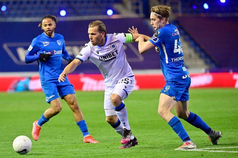 Club Brugge-aanvoerder Ruud Vormer wurmt zich voorbij Kristian Thorstvedt van Genk. Beeld Photo News