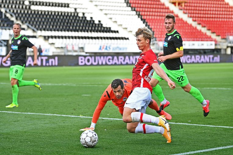 Albert Gudmundsson scoort zijn tweede, uit een moeilijke hoek.  Beeld Guus Dubbelman
